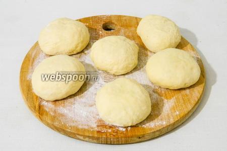 Подошедшее дрожжевое тесто делим на равные части и формируем из них шарики.