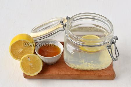 Добавить в чай мёд и кружочки лимона.