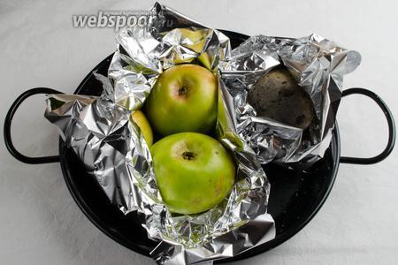 Запечь свёклу и яблоки в духовке. Яблоки вынуть раньше, через 20 минут. Свёклу запекать до готовности.