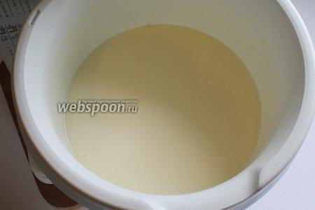 Добавить по очереди масло растительное и сливочное (размягчённое), молоко, ванилин.