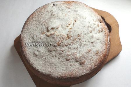 Готовый пирог вынимать через 10 минут. Для украшения посыпать сахарной пудрой.