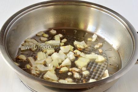Одну луковицу порезать кубиком и поджарить на двух столовых ложках подсолнечного масла до полуготовности.
