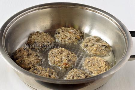 Выкладывать массу ложкой на горячую сковороду с маслом. Обжарить с обеих сторон до золотистого цвета.