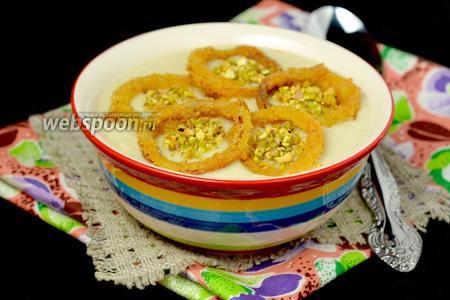 Крем-суп из цветной капусты с хрустящими луковыми кольцами и фисташками