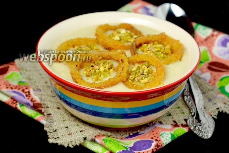 Фото Крем-суп из цветной капусты с хрустящими луковыми кольцами и фисташками