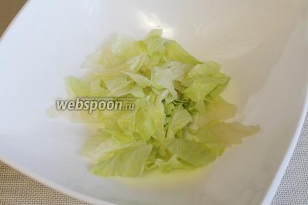Порвать салатные листья.