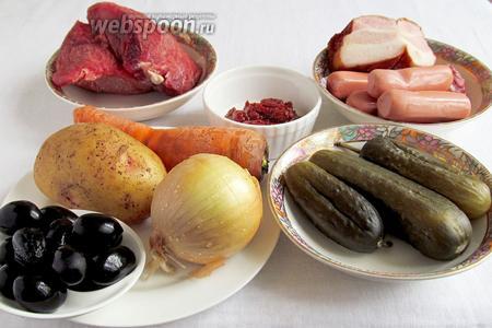 Для приготовления солянки «Домашней» нам потребуются такие продукты: мясо говядины (у меня была только мякоть), свиная грудинка копчёная, сосиски, колбаса копчёная, огурцы солёные, картофель, морковь, лук, маслины, растительное масло.