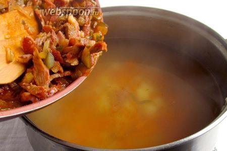 Содержимое сковороды переложить в бульон и дать ему покипеть ещё 15-20 минут.