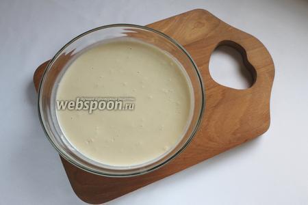 В тёплой воде с сахаром растворить дрожжи, оставить на 10 минут. Влить тёплое молоко, добавить муку с разрыхлителем. Накрыть и оставить в тёплом месте подходить.