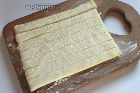 Тесто разрезать на 7 полосоки раскатать по 3 см каждая.
