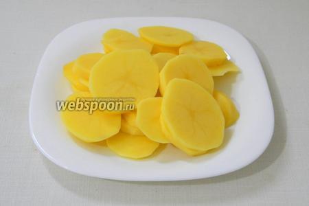 Картофель чистим и нарезаем кружочками.