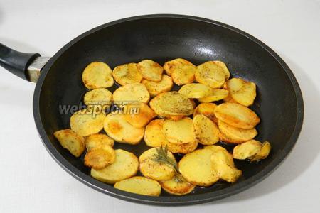 Обжариваем картофель до золотистой корочки и переворачиваем картофель на другую сторону.