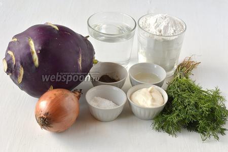 Для приготовления тушеной кольраби нам понадобится кольраби, сметана, мука, вода, лук, соль, перец, подсолнечное масло, укроп.
