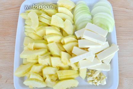 Кабачок почистить, удалить семена и порезать на кусочки. Если кабачок молодой, то просто нарезать колечками. Лук нарезать полукольцами, чеснок измельчить, сыр нарезать на пластины.