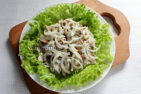 Следующий слой — грибы порезанные и слой лука.