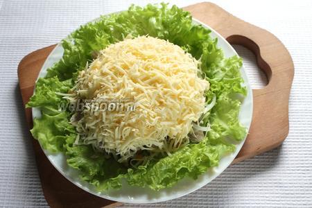 Последний слой салата — сыр, натёртый на мелкой тёрке. Салат готов, приятного аппетита!