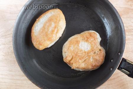 Разогрейте сковороду с растительным маслом. Обжаривайте оладьи на небольшом огне с двух сторон до золотистой корочки.