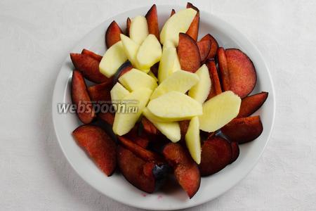 Нарезать фрукты дольками.