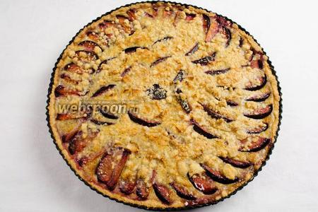 Готовый пирог достать из духовки. Остудить в форме. Нарезать на порции  в остывшем виде. Подавать к чаю на десерт.