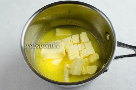 Сливочное масло нарезать на кусочки, растопить.