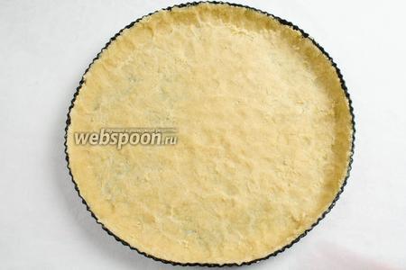 Распределить тесто по форме, вдавливая его пальцами по дну и стенкам. Поставить форму в холодильник.