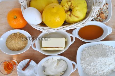 Для этого пирога понадобится 2 айвы, лимон (на цедру), апельсин с него будем снимать цедру и выжимать сок, масло мягкое, соль, сахар, корица, ликёр, яйца, мука, миндаль резаный, мёд.