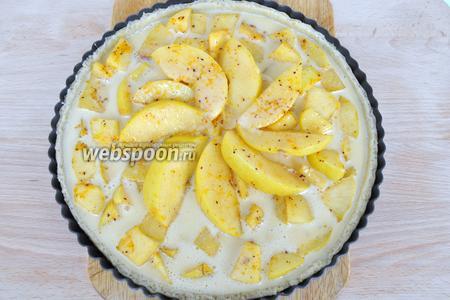 Залить яично-сметанной смесью и поставить в духовку для выпечки на 35 минут при 180°C.