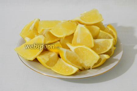 Каждый лимон делим на 8 частей. То есть, разрезаем пополам и каждую половинку режем ещё на 4 части.