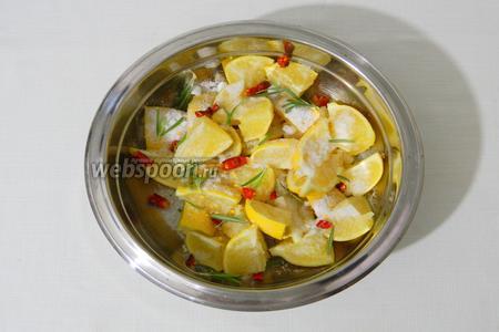 Лимонные дольки смешиваем с солью, кусочками острого перца и иголочками розмарина.