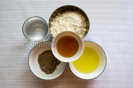 Приготовим продукты: мука пшеничная, мука ржаная, соль, вода теплая кипячёная, соль, мёд, тмин, масло оливковое.