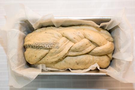 Форму для хлеба выстилаем бумагой для выпечки, смазываем её чуть маслом и перекладываем в неё тесто. Накрываем полотенцем и оставляем отдыхать в тёплом месте 20-30 минут.