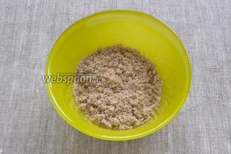Фундук обжарить на сухой сковородке, удалить шкурку. Орехи измельчить в кофемолке в муку. Добавить ореховую муку в общую массу. Перемешать.