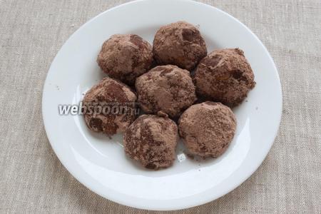 Готовые печенья остудить и в остывшем виде обвалять в смеси пудры с какао.