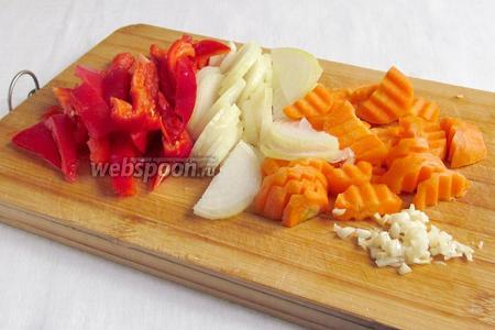Лук, морковь, перец болгарский нарезать  произвольно. Чеснок измельчить.
