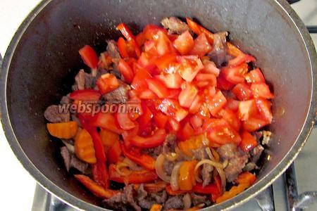 Ещё через 7 минут добавить нарезанные помидоры и ложку томатной пасты. Я всегда тут же добавляю чайную ложку сахара, без верха, чтобы нейтрализовать кислоту.