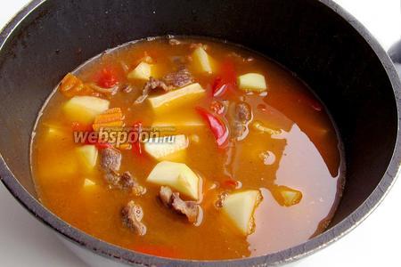 Заливаем кипячёной водой, чтобы она покрыла овощи, в случае, если хочется получить второе блюдо. А если первое, то жидкости нужно больше. Варим каурдак до мягкости картофеля и мяса. Солим по вкусу.
