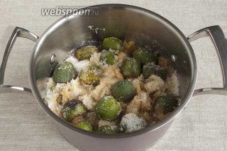 Фейхоа промыть, срезать кончики, добавить в кастрюлю вместе с сахаром. Перемешать. Варить около 1 часа на маленьком огне.