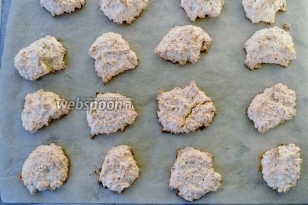 Готовое печенье отлично снимается с бумаги. Его необходимо остудить.