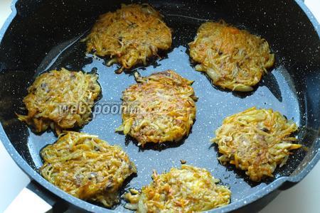 Затем перевернуть и поджарить вторую сторону. Подавать готовые оладьи со сметаной. Приятного аппетита!