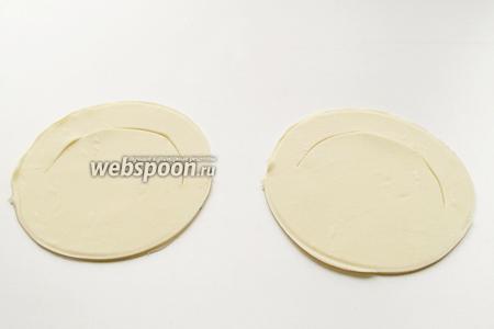 Тесто раскатать с пласт и вырезать одинаковые круги, диаметром примерно 12—15 см. Сделать внутри надрез, как показано на фото.