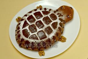 Растапливаем готовую глазурь или делаем её из шоколада, покрываем пирог глазурью полностью или абстрактными узорами. Я для оформления «панциря черепахи» предварительно посыпала поверхность сахарной пудрой.