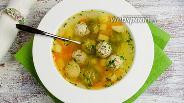Фото рецепта Куриный суп с фрикадельками и брюссельской капустой