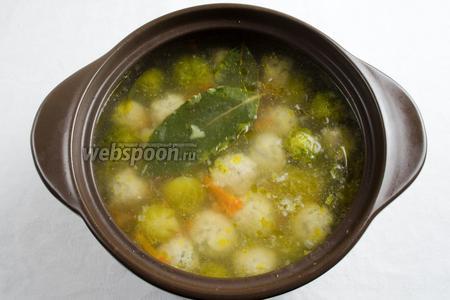 Снять с огня. Вынуть лавровый лист. Оставить настояться минут 5-7. Суп готов. Подавать к обеду с рубленой свежей зеленью.