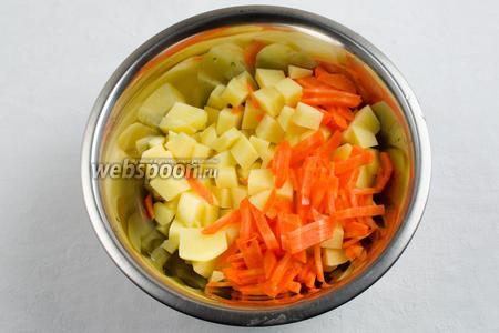 Картофель вымыть, почистить. Нарезать кубиком. Половину моркови, нарезанной мелкой соломкой, добавить к картофелю.