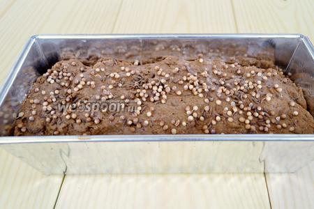После первого подъёма выкладываем тесто в форму смазанную маслом, присыпаем тмином и кориандром. Закрываем плёнкой и оставляем ещё на 30 минут для подъёма.