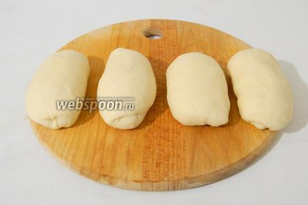 Тесто скатываем в шарики, а затем в колбаски.