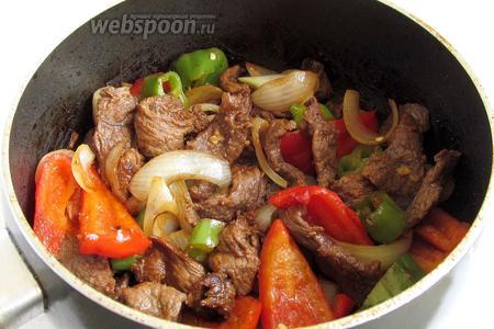 Вот, что у нас получилось. А запах какой витает по кухне... Не смотря на то, что мясо кажется суховатым, оно получается очень мягким и вкусным.