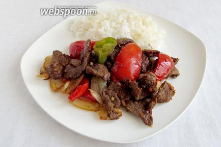 Пулькоги всегда подают с рисом, вместо хлеба и корейскими салатами. Обязательным являются салатные листья. В зелёный листок заворачивают кусочек мяса, добавляют приправы и овощи (салаты). Так и едят... Приятного!