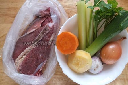 Подготовьте необходимые ингредиенты: говядину, морковь, лук репчатый, лук-порей, репу, чеснок, стебли сельдерея, стебли петрушки.  Чеснок и репчатый лук освободите от внешнего слоя шелухи, промойте водой, но очищайте полностью.