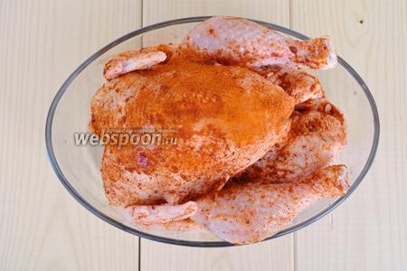 Курицу натереть солью и специями, закрыть плёнкой и оставить в холодильнике на сутки. Можно готовить и через пару часов, но так курица лучше пропитается ароматами.